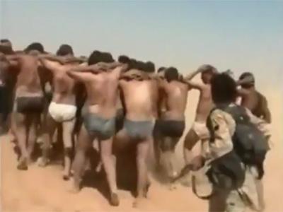 Militantes del grupo yihadistas Estado Islámico, conducen a su ejecución a los soldaos sirios.