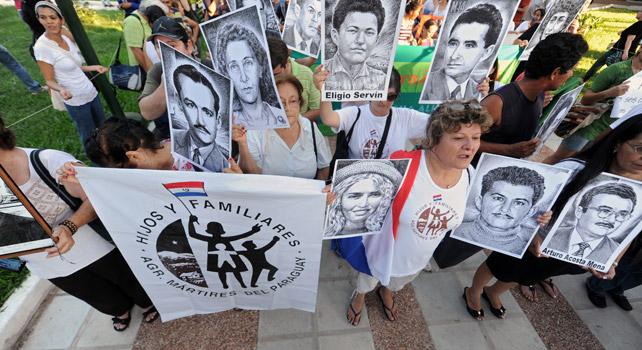 Víctimas de la dictadura de Stroessner y de la masacre de Curuguaty, en una protesta en 2012.
