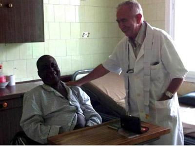 El sacerdote Miguel Pajares, con uno de los enfermos a los que atendía en Liberia. EFE