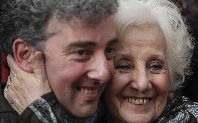 Guido Montoya, con su abuela, Estela de Carlotto, en su primera comparecencia juntos. EFE/David Fernández