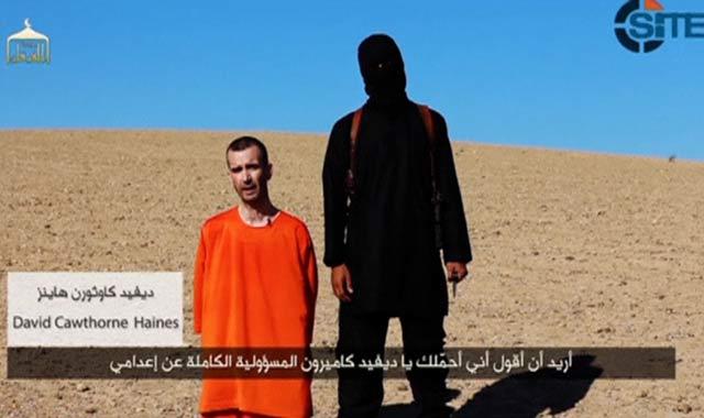 Captura del vídeo difundido por el Estado Islámico con la decapitación del cooperante británico David Haines. REUTERS