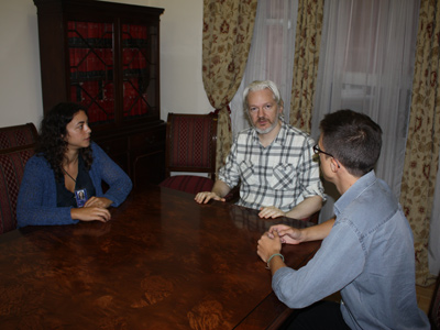 Tania González e Íñigo Errejón junto a Julian Assange.