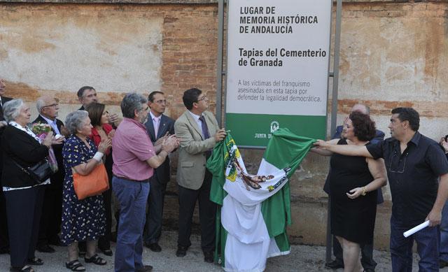 El vicepresidente andaluz, Diego Valderas, descubre la placa que señala como lugar de la memoria las tapias del cementerio de Granada, donde fueron fusiladas 4.000 personas. FOTO: JUNTA DE ANDALUCIA