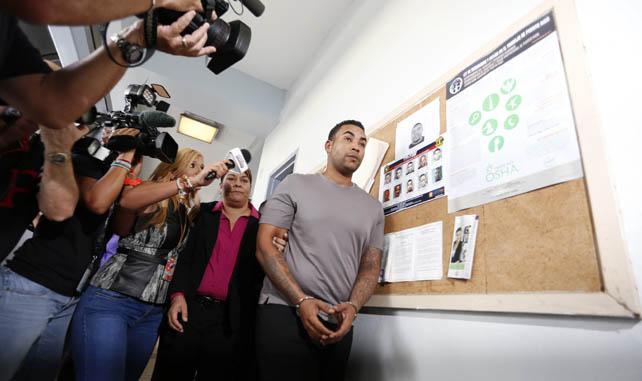 El reguetonero Don Omar llega arrestado  a la comandancia de Bayamón (Puerto Rico), tras ser arrestado en su residencia por amenazar a su pareja.