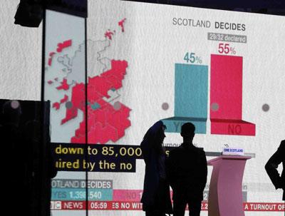 Un panel en la oficina central electoral de Edimburgo muestra los resultados del referéndum.