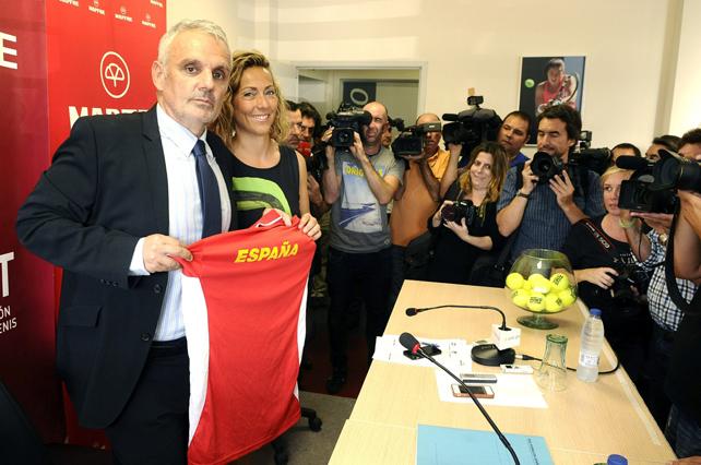 Gala León acompañada por el presidente de la RFET, José Luis Escañuela.