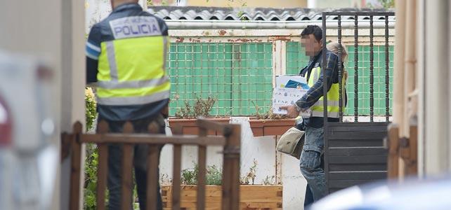Agentes de la Policía Nacional durante el registro de un inmueble de la calle la bajada de San Juan en Santander, donde esta madrugada ha sido detenido el presunto pedrasta de Madrid