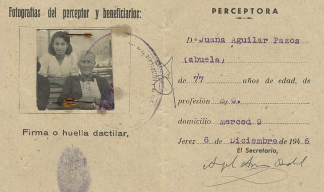 Juana Aguilar junto a su nieta en un documento oficial del régimen franquista.