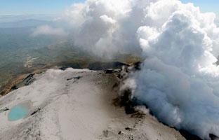 Suspenden la operación de rescate en el volcán Ontake por riesgo de erupción