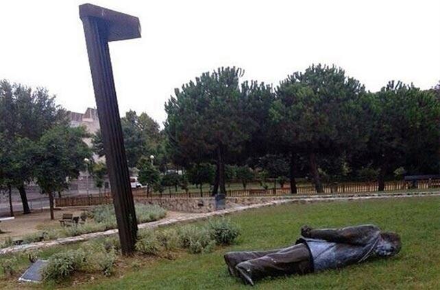 La estatua de Pujol, en el suelo. EP