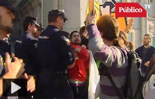 La Policía desaloja a las Juventudes de ERC que protestaban en el Congreso