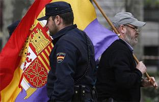 Querella contra Cosidó y Cifuentes por prohibir los símbolos republicanos en <br>la proclamación de Felipe